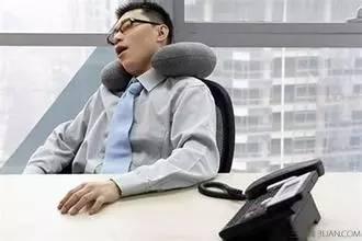 白领族午休趴着睡会近视 上班族如何预防近视眼