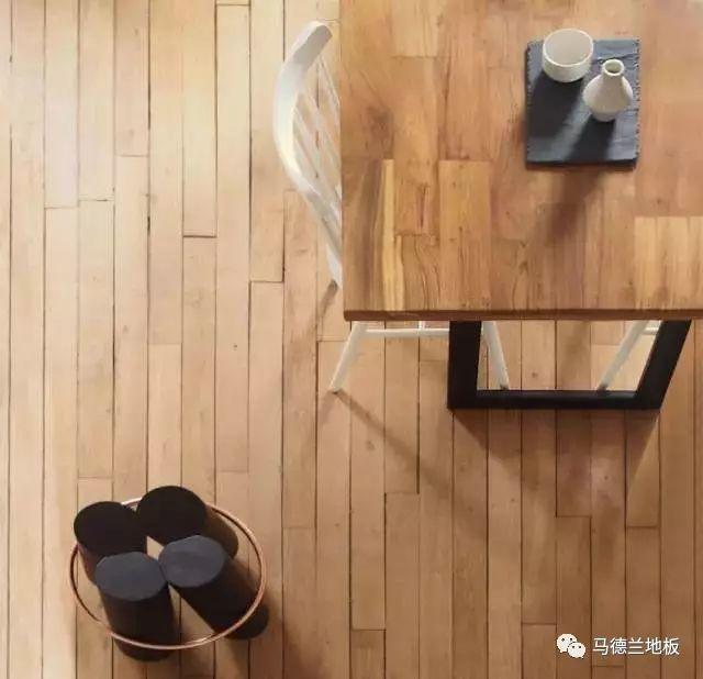 原木风配黄褐色地板