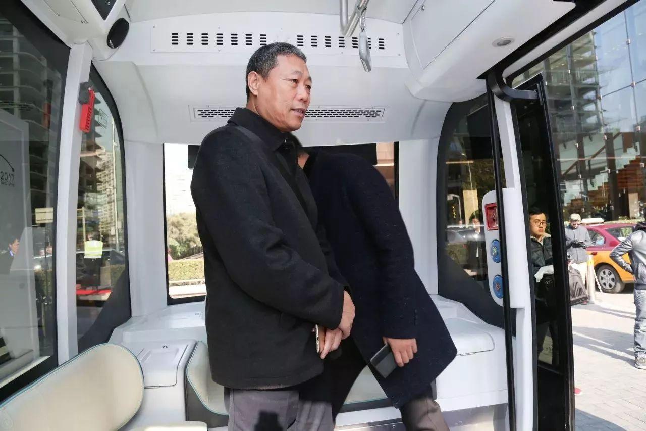 """百度、金龙合作无人驾驶巴士""""阿波龙"""""""