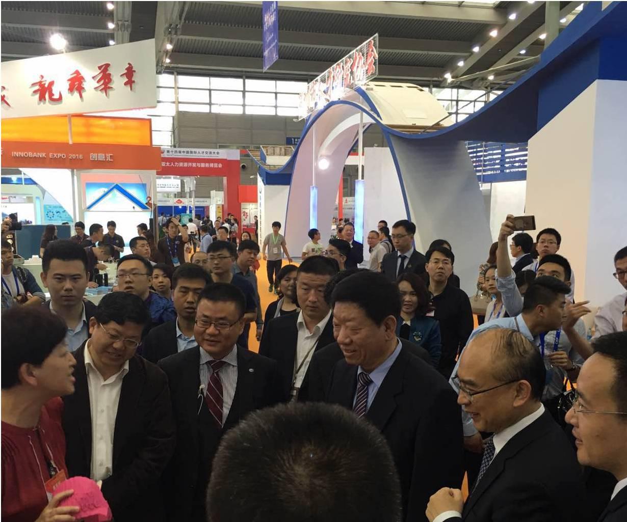 国家外专局张建国局长、深圳市许勤市长莅临ITTN展区参观,张璋秘书长陪同。.png