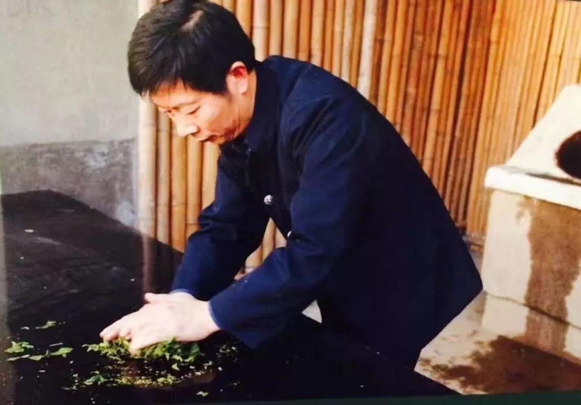 和平茶业曾朝和董事炒制茶