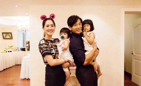 陈晓东2014年与小自己14岁的女友完婚,并先后生下两个女儿,大女儿乳名朵朵,大名叫做陈芷霖